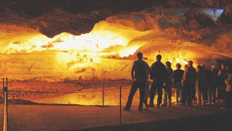 Un grupo de personas observan al anochecer las CuevasdeSara. Foto de archivo de 2004
