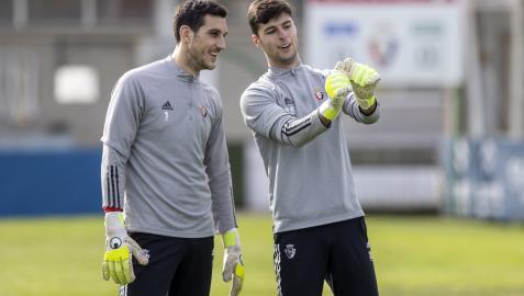 Los dos porteros que defenderán esta temporada el arco de Osasuna: Sergio Herrera (28 años) y Juan Pérez (24)