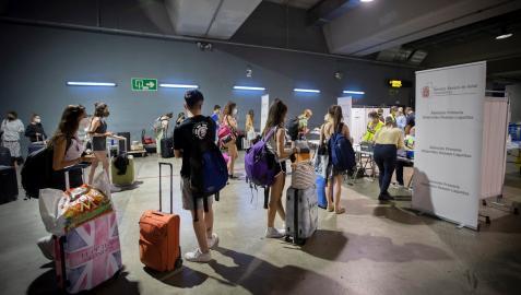 Jóvenes procedentes de zonas de veraneo como Salou (Tarragona), a su llegada el sábado a la estación de autobuses de Pamplona