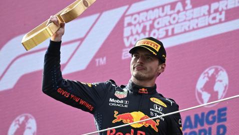 Max Verstappen, con el trofeo de ganador en el podio.
