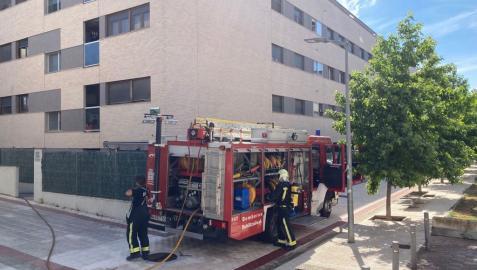 Bomberos trabajan para sofocar el incendio en el interior de la vivienda