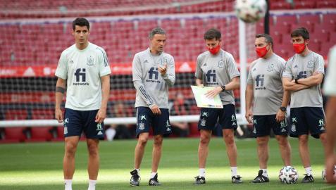 De izquierda a derecha, Morata, Luis Enrique, Jesús Casas, Joaquín Valdés y Aitor Unzue, durante una sesión anterior con España.