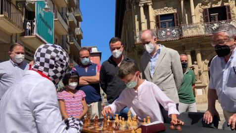 El Ayuntamiento de Pamplona, encabezado por el alcalde Enrique Maya, ha recibido esta mañana a la organización del Festival Cultural Online San Fermín Mundial
