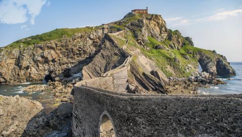 Uno de los principales atractivos es San Juan de Gaztelugatxe, un islote de la localidad de Bakio