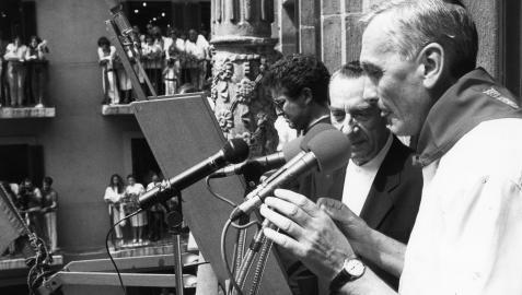 Imagen del cohete de 1991, cuando se cumplía medio siglo de chupinazos desde la Casa Consistorial. Lo lanzaron el entonces alcalde, Alfredo Jaime (derecha) y José María Pérez Salazar, copartícipe con Joaquín Ilundáin (ya fallecido entonces) en la iniciativa de trasladar el cohete desde la plaza del Castillo.