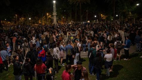 Varios jóvenes reunidos y en ambiente festivo, en una calle de Barcelona