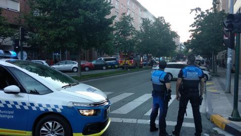 Agentes de Policía Municipal en el lugar del incendio.