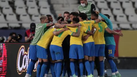 Los jugadores de Brasil celebran el tanto de Paquetá