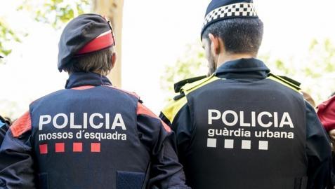 Un mosso d'esquadra y guardia urbano en Barcelona