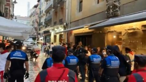 Agentes de Policía Municipal desalojan la calle Estafeta.