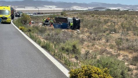 Imagen del accidente; a la izq. el coche de la familia navarra, a la derecha el pequeño camión volcado.diario de almería