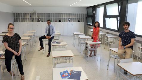 Natalia Galbán, Ramón Salvador, Rocío Ferrezuelo e Íñigo Ayerra, en un aula del colegio El Redín.