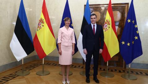 El presidente del Gobierno, Pedro Sánchez, a su llegada a la reunión con la presidenta de Estonia, Kersti Kaljulaid.