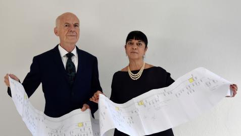 Los autores del estudio sobre los descendientes vivos de Leonardo Da Vinci, Alessandro Vezzosi (i) y Agnese Sabato (d), sostienen el árbol genealógico por línea directa masculina de Da Vinci