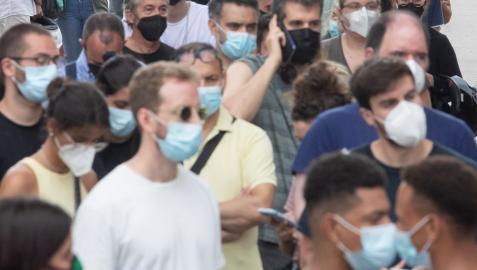 Numerosas personas esperan para vacunarse en Barcelona