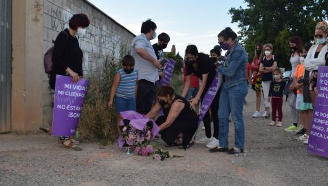 Familiares depositan un ramo y velas en el lugar del asesinato