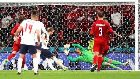Harry Kane remata a gol el rechace del penalti que paró en un primer momento Kasper Schmeichel