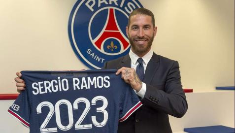 Sergio Ramos posa con la camiseta del Paris Saint-Germain