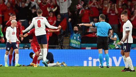 El colegiado alemán Danny Makkelie señala el polémico penalti que permitió a Inglaterra acceder a la final tras derrotar a Dinamarca