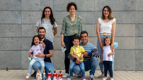 Santiago Azcona y Carmen Velázquez, con Lucía; Fernando Otano y Cristina Lozano, junto a Eneko; y Layla Gutiérrez con su hija Nora