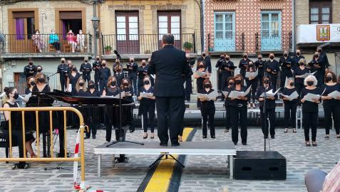 El Orfeón Pamplonés durante un concierto en Puente la Reina (arriba), José Luis Sola (izquierda), Andrea Jiménez (en medio) y el compositor Emilio Arrieta (derecha)