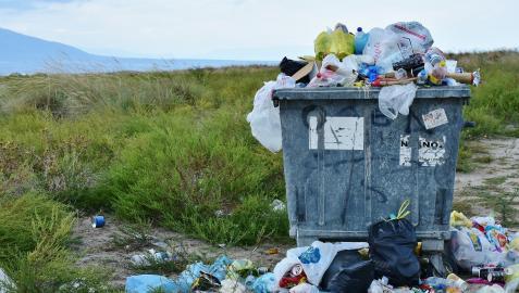Imagen de archivo de un contenedor de basura en el campo.