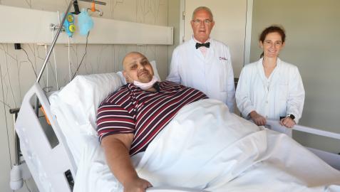 El paciente Emilio Jesús Jiménez, de 39 años, posa con el doctor Carlos Ballesta y una médico de su equipo minutos antes de someterse a una cirugía de laparoscopia para tratar su obesidad de 308 kilos, en el Hospital Universitario de Moncloa
