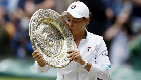 La australiana Ashleigh Barty besa la bandeja que le acredita como ganadora de Wimbledon 2021