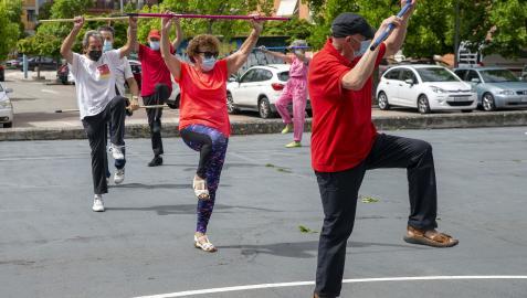 Los jubilados del Centro de Ermitagaña realizan gimnasia al aire libre