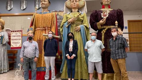La edil de cultura, Merche Añón, con Juan Ramón Marín, Pedro M. Sánchez, Javier Martínez y Daniel Sánchez (representantes de Perrinche)