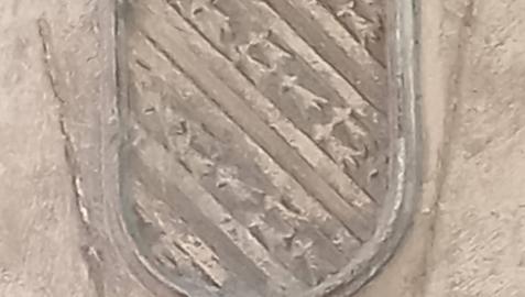 Escudo gótico de los Cruzat en la calle San Francisco 3