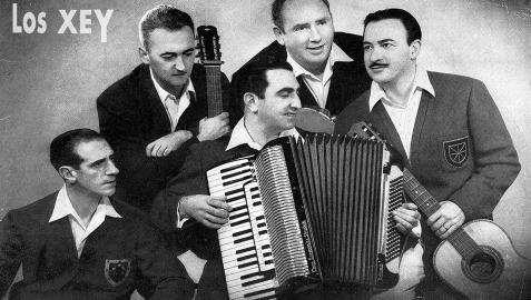 El grupo nació con seis integrantes, de ahí el nombre en euskera, pero aunque luego pasaron a ser cinco mantuvieron la denominación