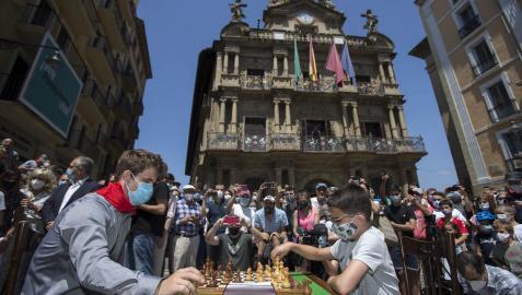 Magnus Carlsen disputa una exhibición frente a Javier Habans en la Plaza del Ayuntamiento