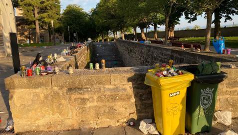 Basura acumulada en la calle Redín, fin de semana de los No Sanfermines.