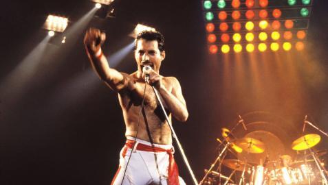 Freddie Mercury, en un concierto de Queen en 1982