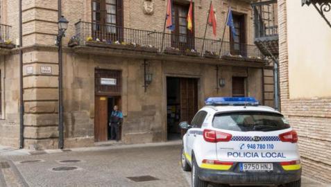 Imagen de un coche de Policía Municipal junto al Ayuntamiento de Corella.