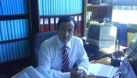 El catedrático de Trabajo Social de la UPNA, Antonio Gorri Goñi, posa en su despacho universitario