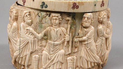 La figura de Cristo sentado en el trono, con cestas con panes a sus pies, y a su lado dos apóstoles.