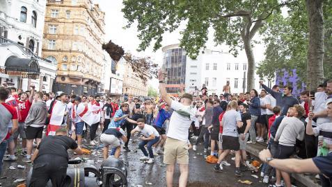 Hooligans hacen el vándalo en las plazas Leicester y Trafalgar antes de la final de la Eurocopa 2020