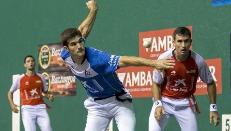 José Javier Zabaleta le suelta a la pelota en presencia de Urrutikoetxea y Albisu, ayer por la tarde en el frontón Labrit.