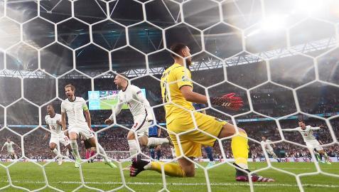 Luke Shaw (centro) celebra el 0-1 ante la desesperación de Donnaruma en la final de la Eurocopa 2021