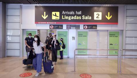 Varios viajeros, en el aeropuerto Adolfo Suárez Madrid-Barajas.