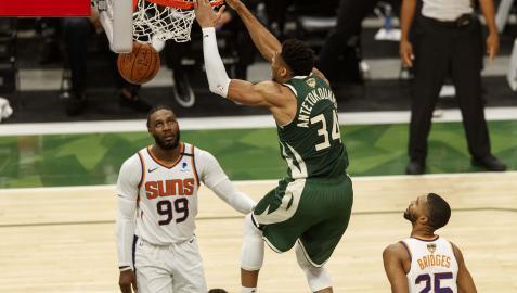Giannis Antetokounmpo machaca el aro en el encuentro ante Phoenix Suns