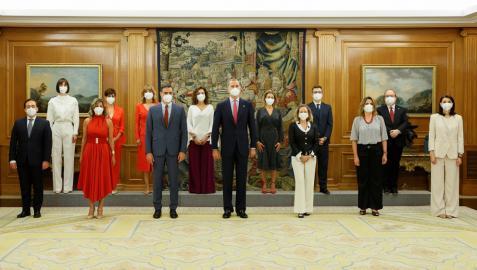 El rey Felipe VI y el presidente del Ejecutivo, Pedro Sánchez (6i), posan para la foto de familia tras el acto de toma de posesión de los nuevos miembros del equipo de Gobierno.