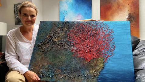 Imelda Aranzabe junto con su obra, 'Red Sea'