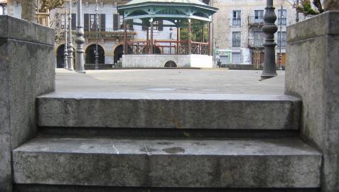 Acceso a la plaza Zaharra, con el Ayuntamiento de Lesaka al fondo