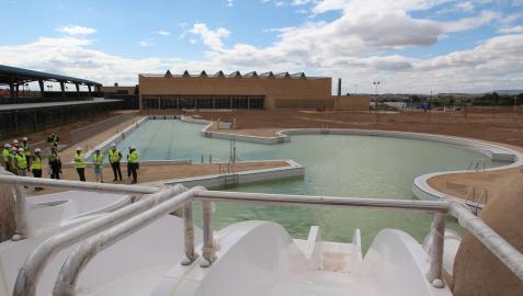 La piscina principal del nuevo Complejo Deportivo de Tudela, vista desde la zona de los toboganes