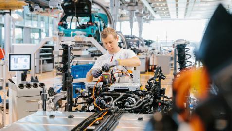 Un trabajador de la planta de Dresde durante el ensamblaje de un Volkswagen ID.3.