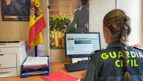 Una agente de la Guardia Civil, con un ordenador