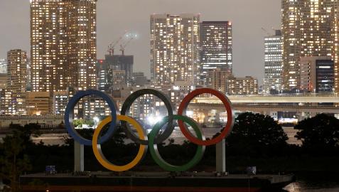 Los aros olímpicos en una plataforma sobre el agua en Tokio